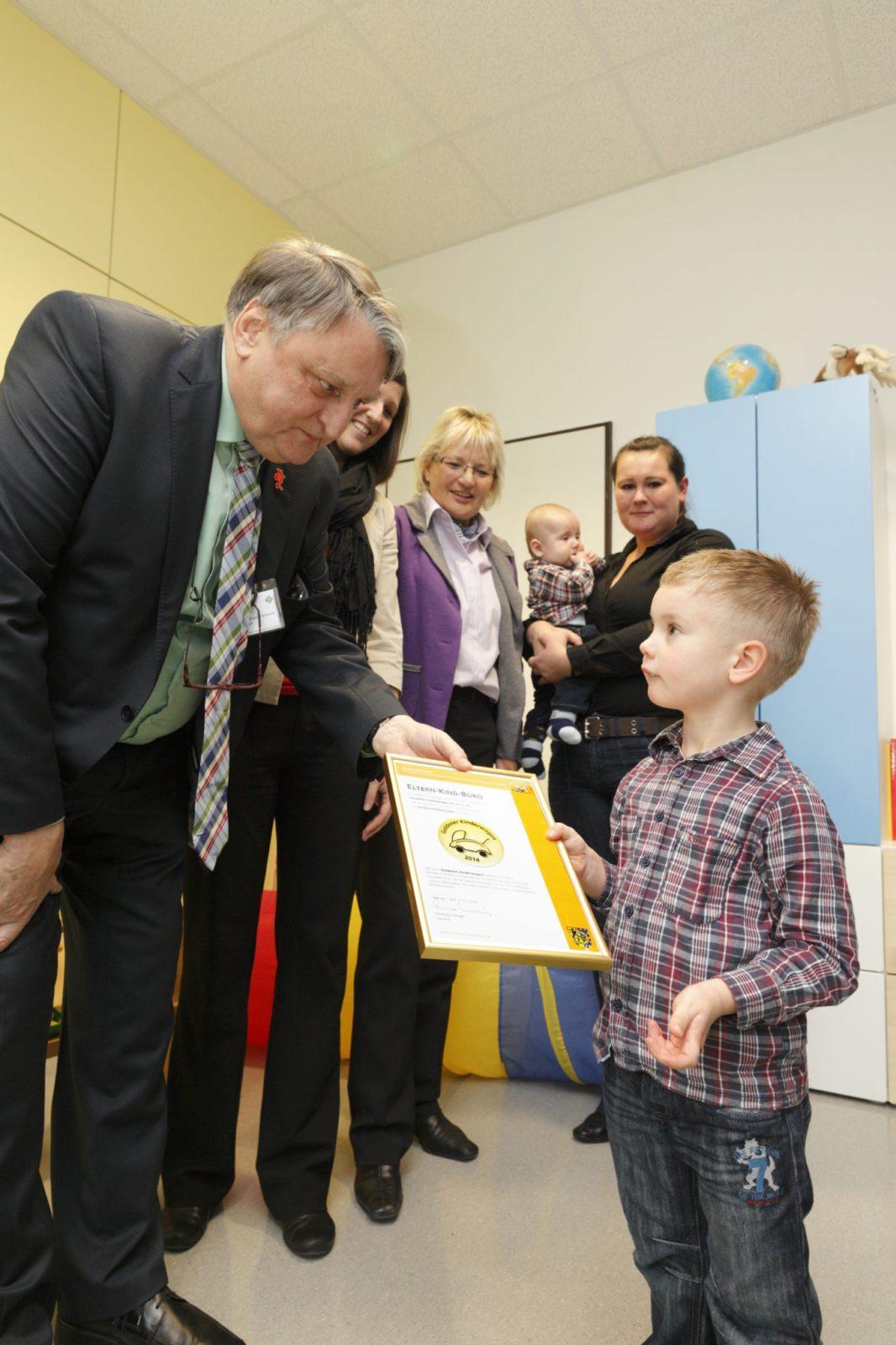 """""""Goldener Kinderwagen 2014"""" für das Eltern-Kind-Büro bei Schaeffler Technologies in Herzogenaurach"""